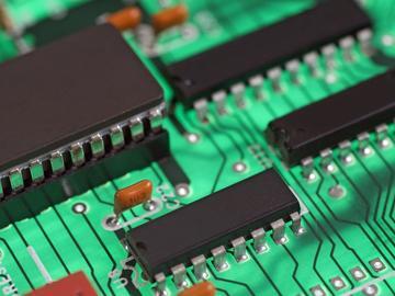 基于RF功率管理的对数放大器和温度传感器结合的温度补偿电路方案设计