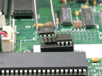 基于P87LPC767单片机的智能型剩余电流保护器EMC的电路设计方案