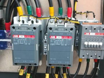 基于三相电源的功率因数补偿控制器的工作原理电路方案设计