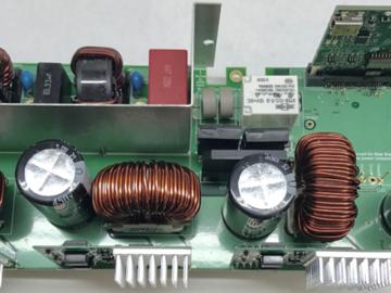 基于氮化鎵(GaN)交錯式 CCM 圖騰柱無橋功率因數校正 (PFC) 電路設計