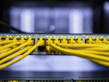 基于CPLD技术和PCI总线技术实现数据接收和存储系统的设计