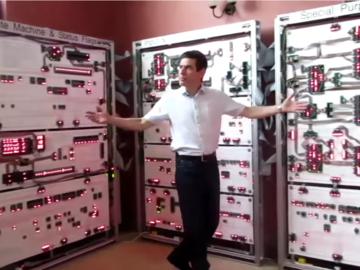花了4万英镑,4万个晶体管,几百块电路板-国外电子鬼才亲手DIY半吨超大电脑